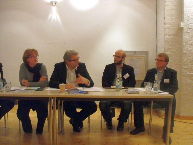 Diskussionsrunde mit Tabea Rößner von den Grünen, Marc Jan Eumann (SPD), David Schraven vom stiftungsgeförderten Projekt Correct!v sowie Moderator Steffen Grimberg (von links).