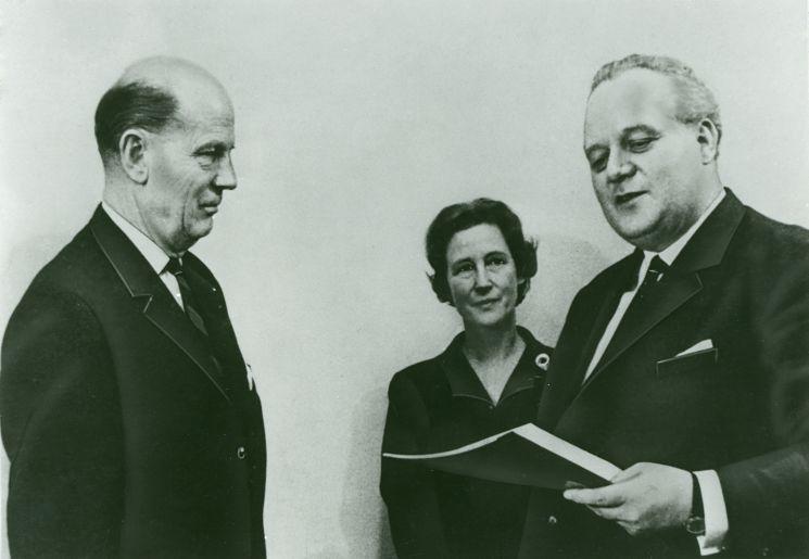 Bundeswirtschaftsminister Kurt Schmücker (rechts) überreicht die Stiftungsurkunde.