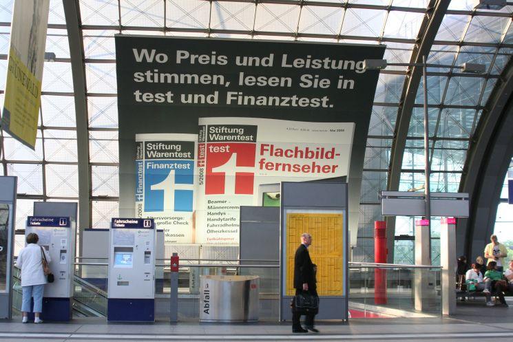Das t-Logo erkennt heute (fast) jeder. Ein Warentest-Plakat am Berliner Hauptbahnhof.