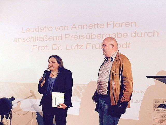 Preisträgerin Rita Vock mit Lutz Frühbrodt, Vorsitzender der Zweiten Aufklärung.