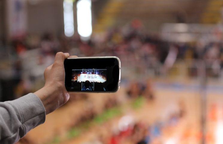 Einfach draufhalten! Die Aufnahmetechnik vieler Smartphones ist heute schon so ausgefeilt wie professionelles Equipment.