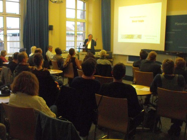Feierliche Verleihung des Alternativen Medienpreises am 13. Mai im Bildungszentrum Nürnberg. Hinten links: Moderator Peter Lokk