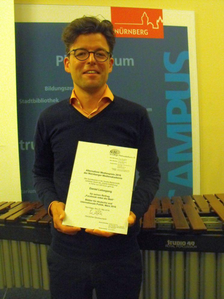 Diesjähriger Preisträger der Zweiten Aufklärung: Daniel Leisegang mit der Preisurkunde