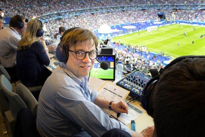 """Der Inbegriff des kritischen Sportjournalismus? ZDF-Reporter Béla Réthy. Foto:obs/ZDF/Jean-Francois Deroubaix"""""""