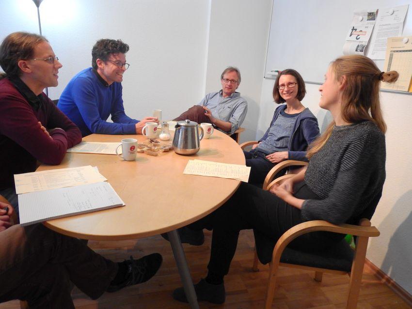 Ausgelassene Stimmung bei der Redaktionssitzung: Steffen Vogel, Daniel Leisegang, Albrecht von Lucke, Annett Mängel und Praktikantin Wibke.