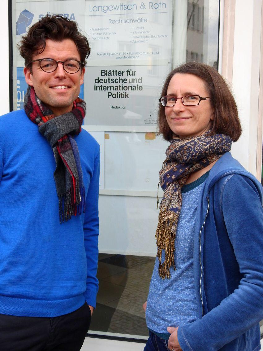 Redakteur Daniel Leisegang und Geschäftsführerin Annett Mängel vor dem Berliner Redaktionsgebäude.