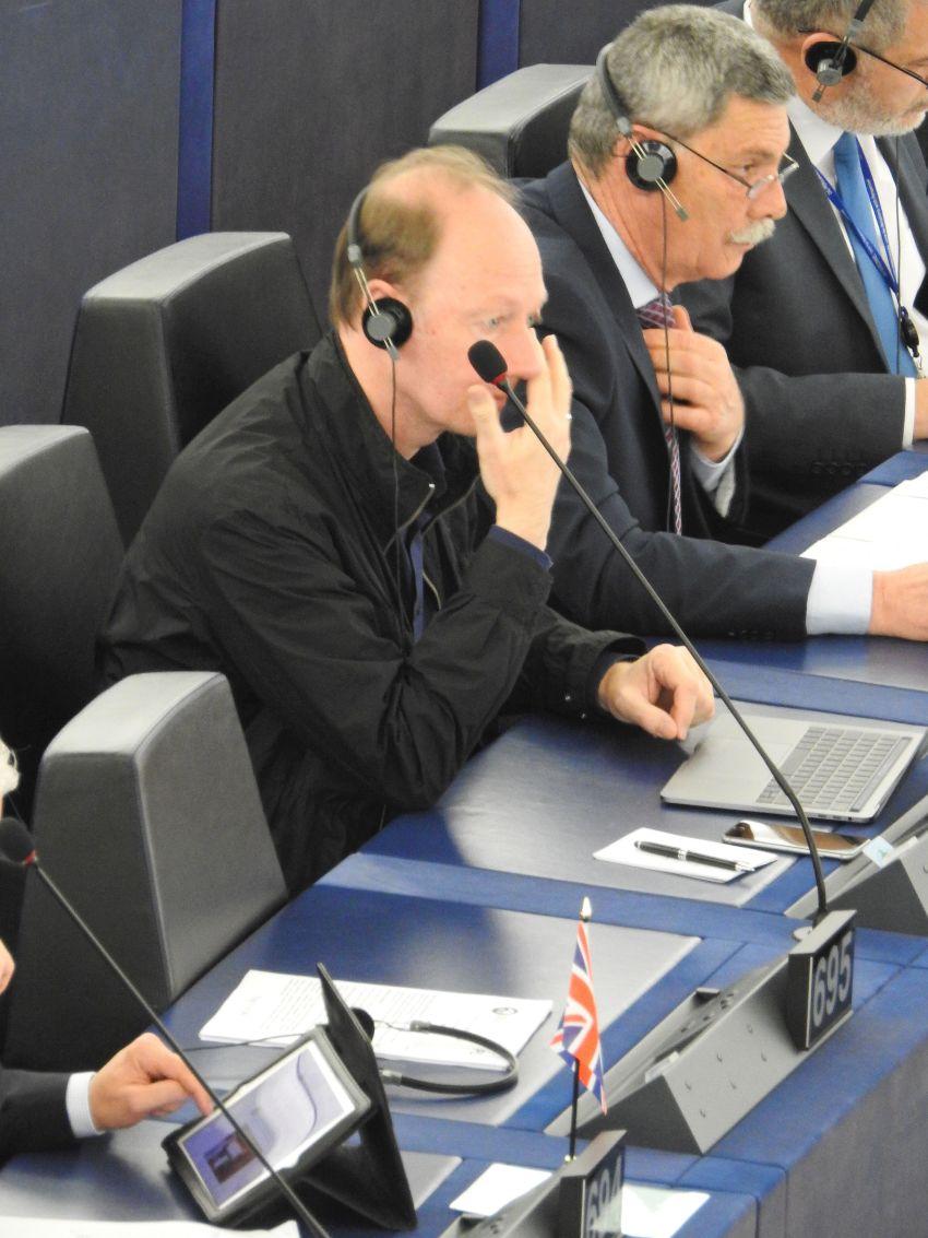 Wirkt etwas verloren im großen Parlament, aber auch bewusst unprofessionell: Martin Sonneborn.
